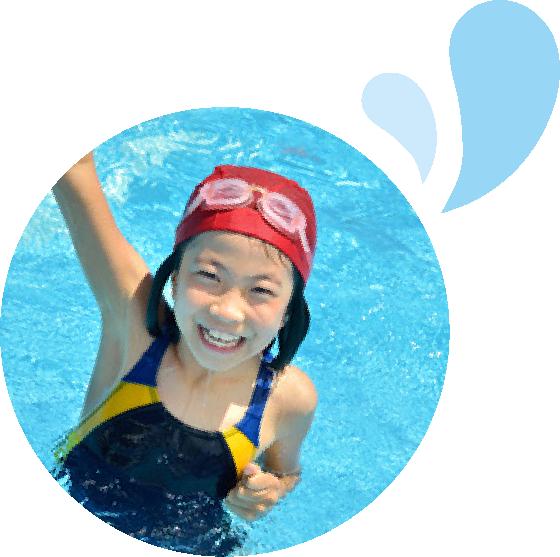 スエミツスイミングスクールで泳ぐ子どもたちの様子